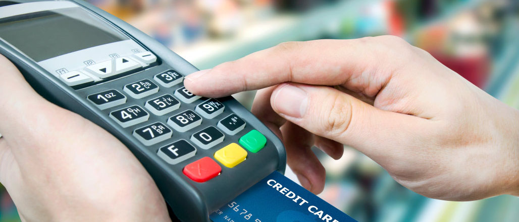 Как вернуть деньги за товар, оплаченный банковской картой? Может ли продавец отказать в возврате? Расскажем в нашей статье